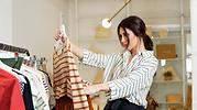 Personal-shopper-seleccionando-prendas-1.jpg
