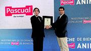 Imagen-Tomas-Pascual-presidente-de-Calidad-Pascual-recibe-el-certificado-de-Bienestar-Animal-de-manos-de-Javier-Munoz-Director-de-Operaciones-de-Conformidad-de-AENOR.jpg