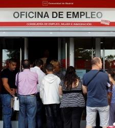 La tasa de paro cae al 20% con 216.700 desempleados menos, según la EPA