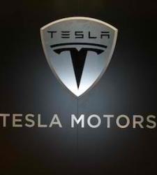 Las acciones de Tesla caen un 6,2% tras reconocer un incendio en uno de sus coches