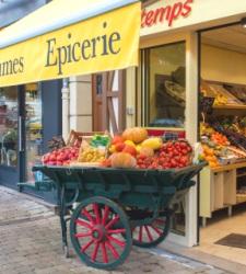 Francia prohíbe a los supermercados tirar la comida a la basura o destruirla