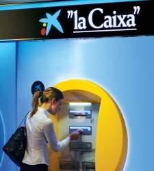 Adicae denuncia a Caixabank por cobrar comisiones en cajeros solo a españoles