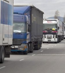 Los transportistas denuncian un trato a favor del AVE frente a las carreteras - 300x150
