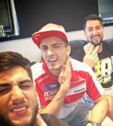 Iannone incendia el box de Ducati burlándose en las redes de Dovizioso