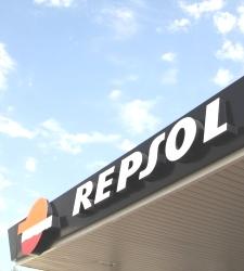 Repsol bate todas las previsiones pese a ganar hasta el 43% menos