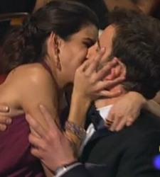 Clara Lago y Dani Rovira emulan en los Goya 2015 el beso de Iker y Sara - 375x200
