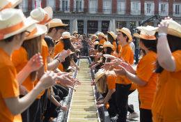 El IES San Isidro bate récord mundial al fabricar la hoja de papel más grande del mundo