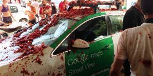Un coche de Google, destrozado mientras grababa la Tomatina