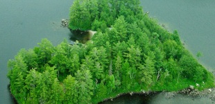Romántica isla en forma de corazón