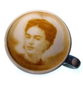 Cafetera que dibuja sobre el café