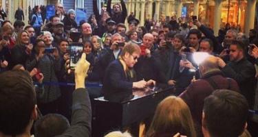 Elton John da un concierto sorpresa en el metro de Londres