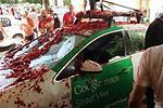 Destrozado un coche de Google en la Tomatina