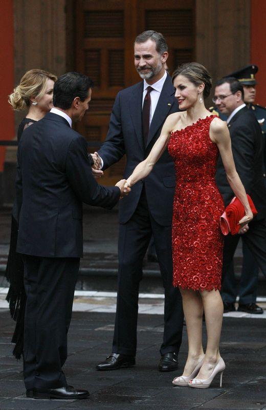 La reina estrenó un vestido de cóctel rojo con flores bordadas y escote asimétrico también de Varela, con unas sandalias de color nude de Magrit - 1024x
