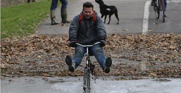 hombre-bicicleta-parque-inundado-efe.jpg
