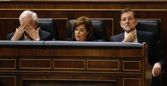 Margallo-tapaojos-soraya-Rajoy-efe-2012.jpg