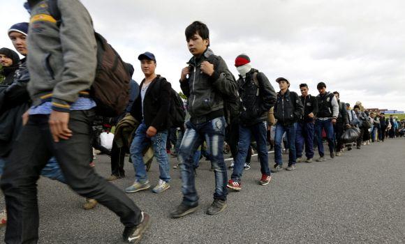 refugiados-caminan.jpg