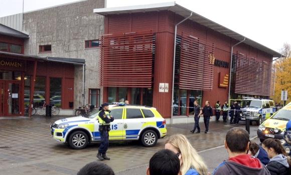 policia-suecia-colegio-espada-reuters.jpg