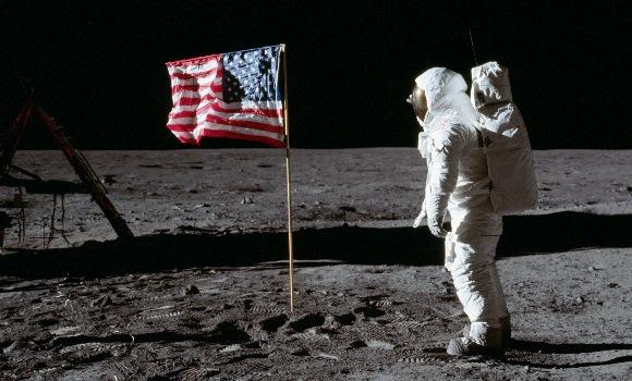 hombre-pisa-luna.jpg