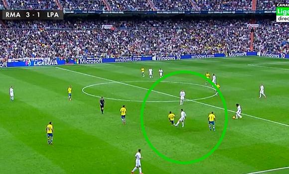 Cristiano Ronaldo donne un coup sans le ballon à David Simon