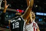 Pau Gasol tapona a los Spurs en Chicago