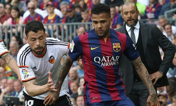 Dani Alves acepta renovar hasta 2017 -