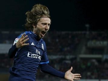 Un golazo de Modric permite al Real Madrid seguir luchando por la Liga