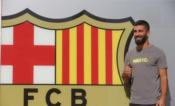 arda-posa-escudo-barcelona-efe.jpg