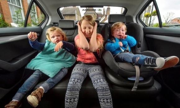 Los ni os que ocupan el asiento trasero de en medio en el for Asientos infantiles coche