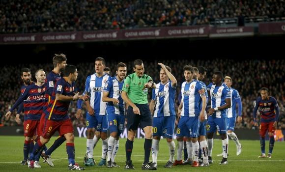 Barcelona-Espanyol-protestas-penalti-2016-reuters.jpg