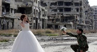 Las fotos de la boda con los escombros de la guerra de fondo