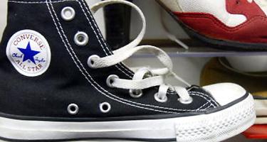 ¿Por qué algunas zapatillas tienen agujeros laterales? El misterio ha sido al fin resuelto