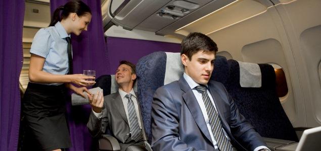 Las cosas que puedes pedir en un avión pero que no te habían dicho