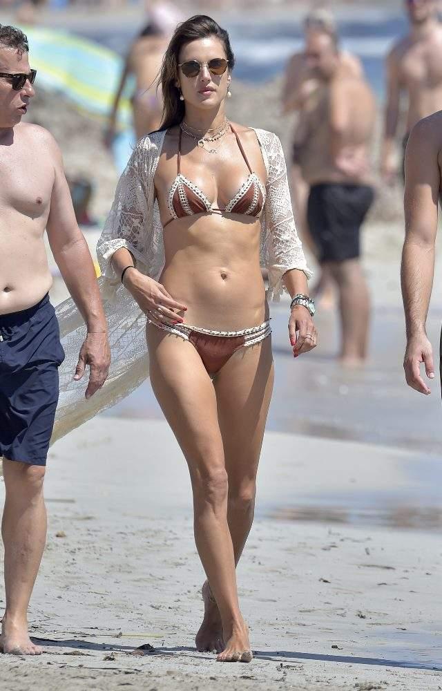 Alessandra Ambrosio Luce Tipazo En Ibiza Junto A Su Prometido