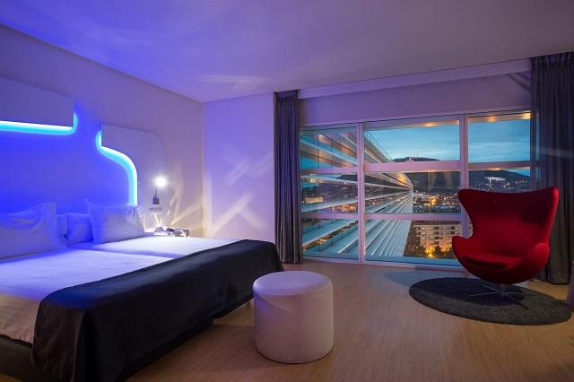 este hotel se encuentra en el famoso complejo diseado por el arquitecto santiago calatrava que tambin alberga el palacio de congresos de oviedo y un