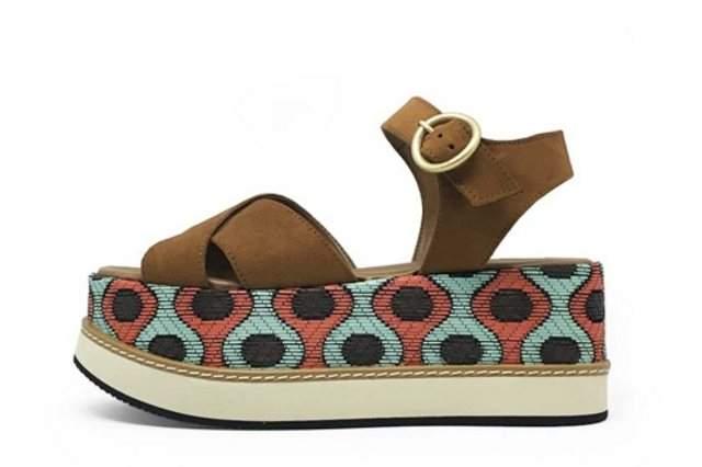 c525614762c Esta sandalia tiene materiales veganos con un patrón básico y una divertida  plataforma que te hará ganar altura sin perder comodidad.