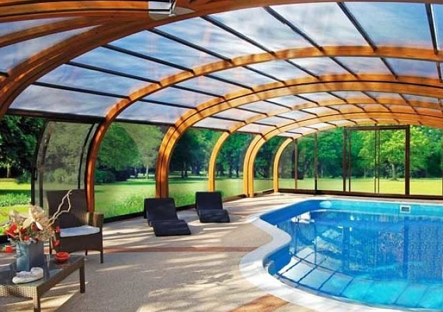 Lujosas piscinas cubiertas para el invierno for Cubiertas para piscinas madrid