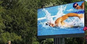 Tecnología premium: una maxi pantalla gigante para exterior que se esconde bajo tierra