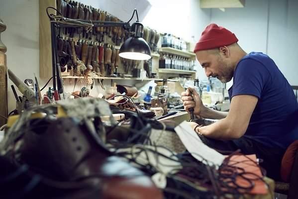 El abogado que lo dej todo para fabricar zapatos y los for Fabricar zapatero