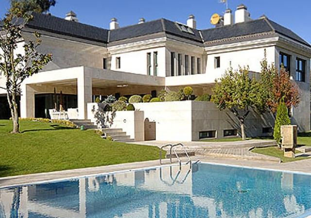 Casas para vivir como los futbolistas del madrid y bar a for Casa y jardin madrid