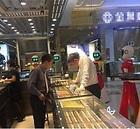 Un chino rico y 3 criadas robot