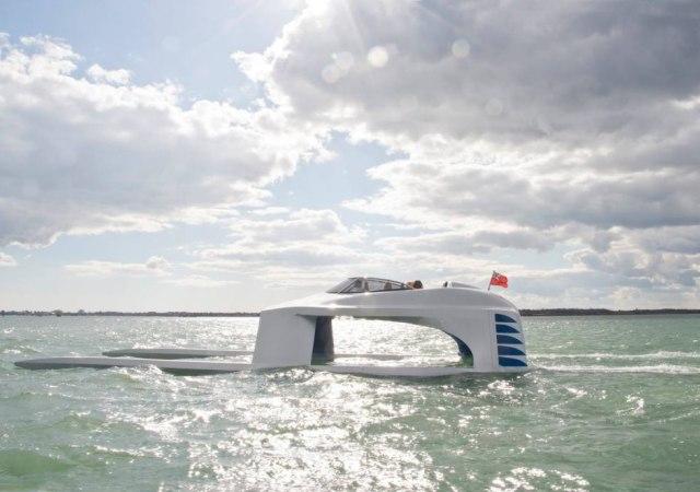 El yate que planea sobre el mar