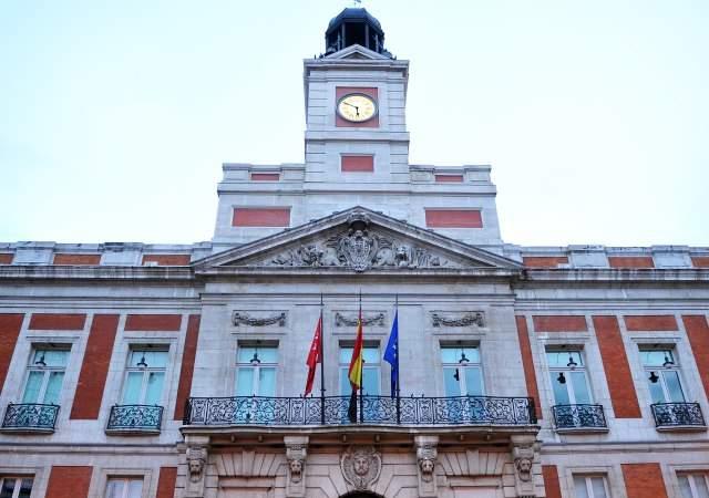 El reloj de sol listo para anunciar en madrid que llega for Fotos reloj puerta del sol madrid