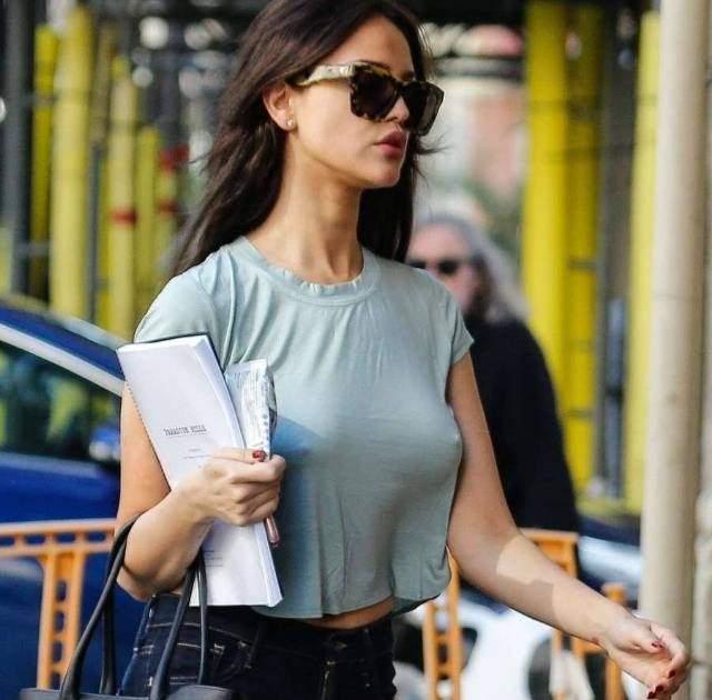 ad101c1ed596 Eiza González se pasea sin ropa interior en las calles de Barcelona ...