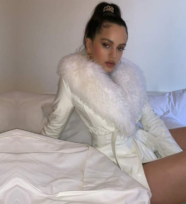 ac13f0a78cc9 Rosalía desata la ira de sus fans por lucir abrigos de piel ...