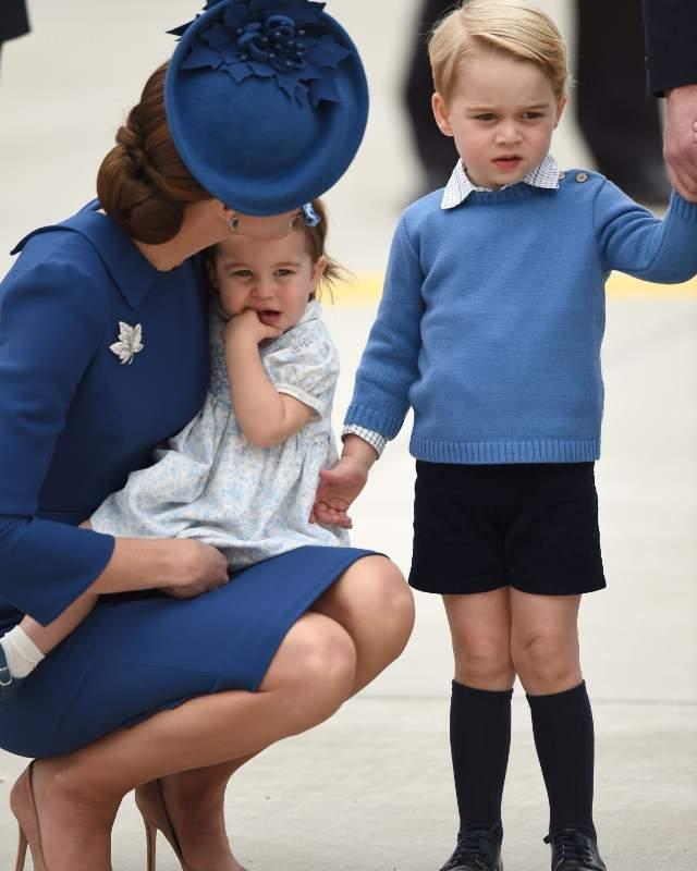 adems el hijo de los duques de cambridge protagoniz una de las ancdotas de la jornada nada ms bajar del avin ms interesado por los helicpteros que