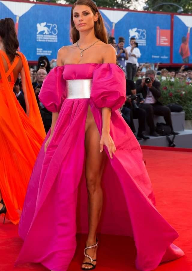 Dos modelos revolucionan venecia sin ropa interior en la for Descuidos sin ropa interior