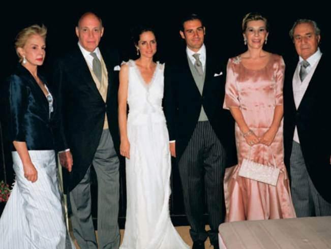 1bf1dc8e2f2 Junio de 2004: la portada de Hola recoge esta imagen de Carolina Herrera  madre, a su lado su esposo y padrino de la ceremonia, Reinaldo Herrera, ...