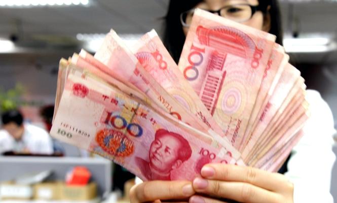 yuan-billetes-manos.jpg