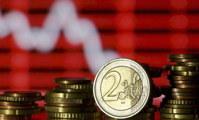 NEGOCIACIÓN COLECTIVA EN EL SECTOR FINANCIERO  Los sindicatos amenazan a la banca con una huelga a final de año CCOO asegura que la propuesta de las patronales reduce los sueldos entre el 10% y el 20%