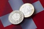 El franco suizo se desploma frente al euro y el dólar